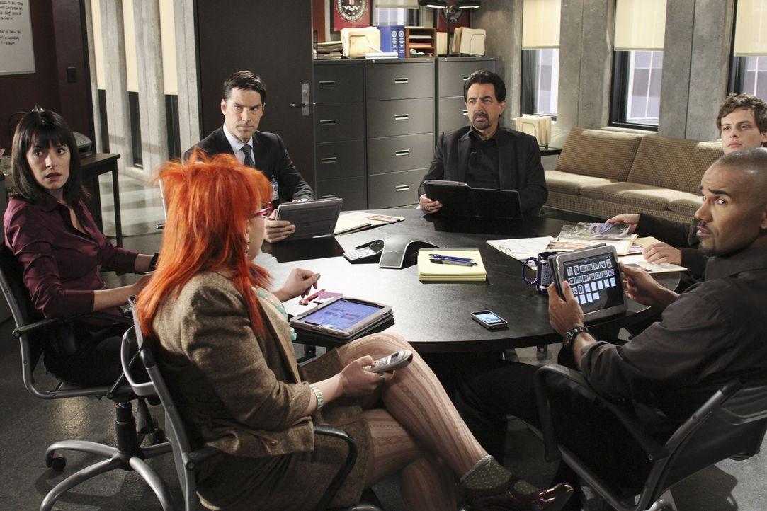 Ein neuer Fall beschäftigt das BAU-Team: (v.l.n.r.) Prentiss (Paget Brewster), Garcia (Kirsten Vangsness), Hotch (Thomas Gibson), Rossi (Joe Mantegn... - Bildquelle: ABC Studios