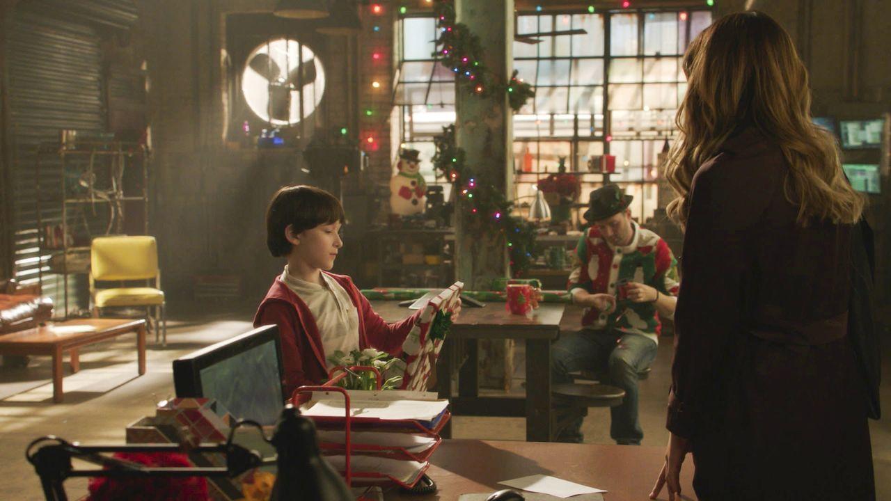 Ralph (Riley B. Smith, l.), Toby (Eddie Kaye Thomas, M.) und Paige (Katharine McPhee, r.) freuen sich auf die Feiertage und den Urlaub in einer eins... - Bildquelle: 2016 CBS Broadcasting, Inc. All Rights Reserved.