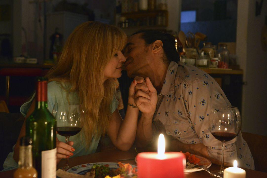 Mila (Susan Sideropoulos, l.) ist von dem charmanten Diego (Diego Wallraff, r.) zunehmend fasziniert ... - Bildquelle: Oliver Ziebe sixx