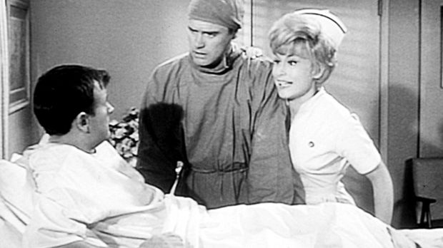 Roger (Bill Daily, l.) hat eine Blinddarmentzündung. Da Tony (Larry Hagman, M...
