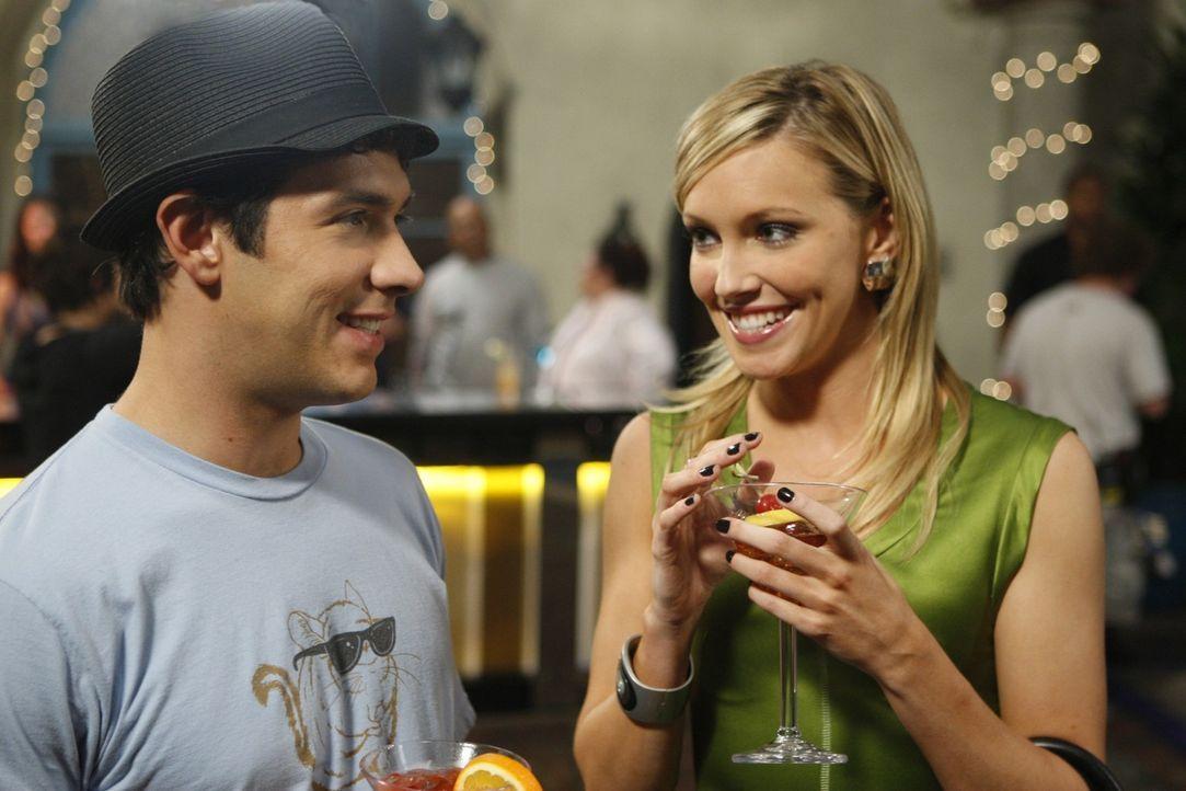 Jonahs (Michael Rady, l.) kleine Party kommt wie gerufen für die gestresste Ella (Katie Cassidy, r.)... - Bildquelle: 2009 The CW Network, LLC. All rights reserved.