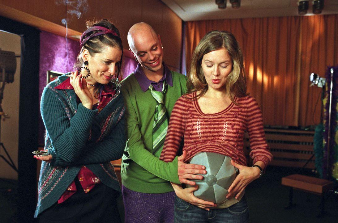 Kostümbildner Alexander (Daniel Stock, M.) hat für Nina (Stefanie Stappenbeck, r.) einen aufblasbaren Schwangerschaftsbauch gebastelt. Auch Freund... - Bildquelle: Katrin Knoke Sat.1