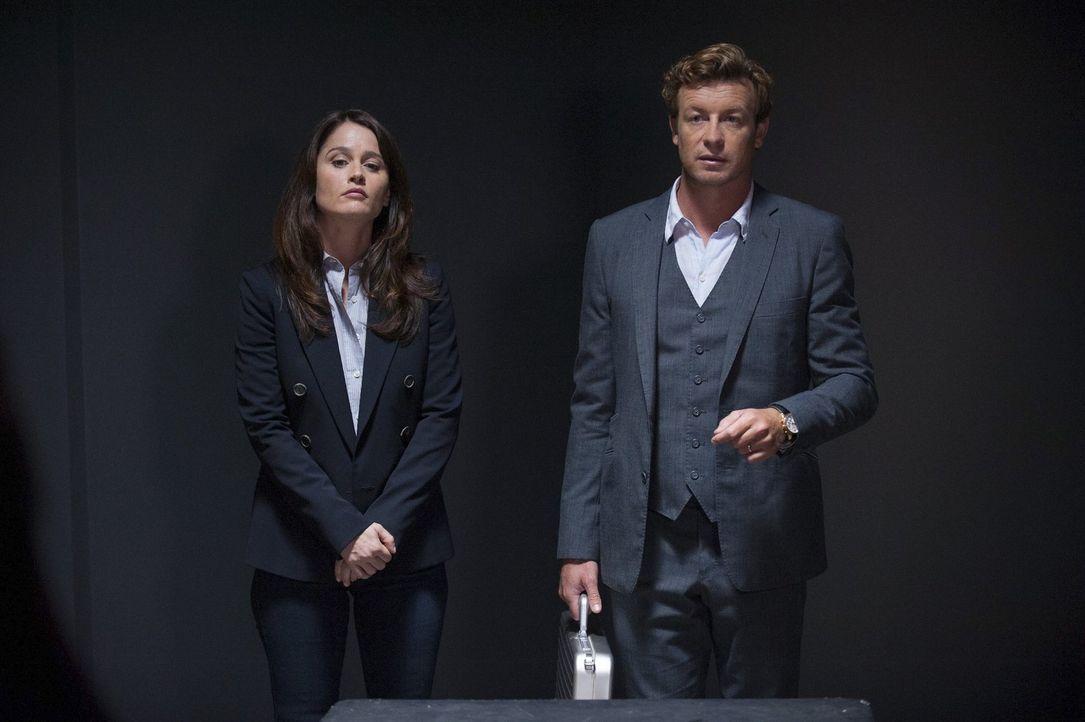 Bei einer zufälligen Begegnung mit einem hochrangigen Militärangehörigen, sagt Janes (Simon Baker, r.) Instinkt ihm, dass Colonel Raymond etwas zu v... - Bildquelle: Warner Bros. Television