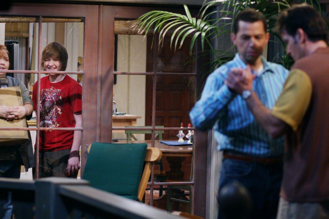 Berta (Conchata Ferrell, l.) und Jake (Angus T. Jones, 2.v.l.) amüsieren sich köstlich, als sie Charlie (Charlie Sheen, r.) und Alan (Jon Cryer, 2.v... - Bildquelle: Warner Brothers