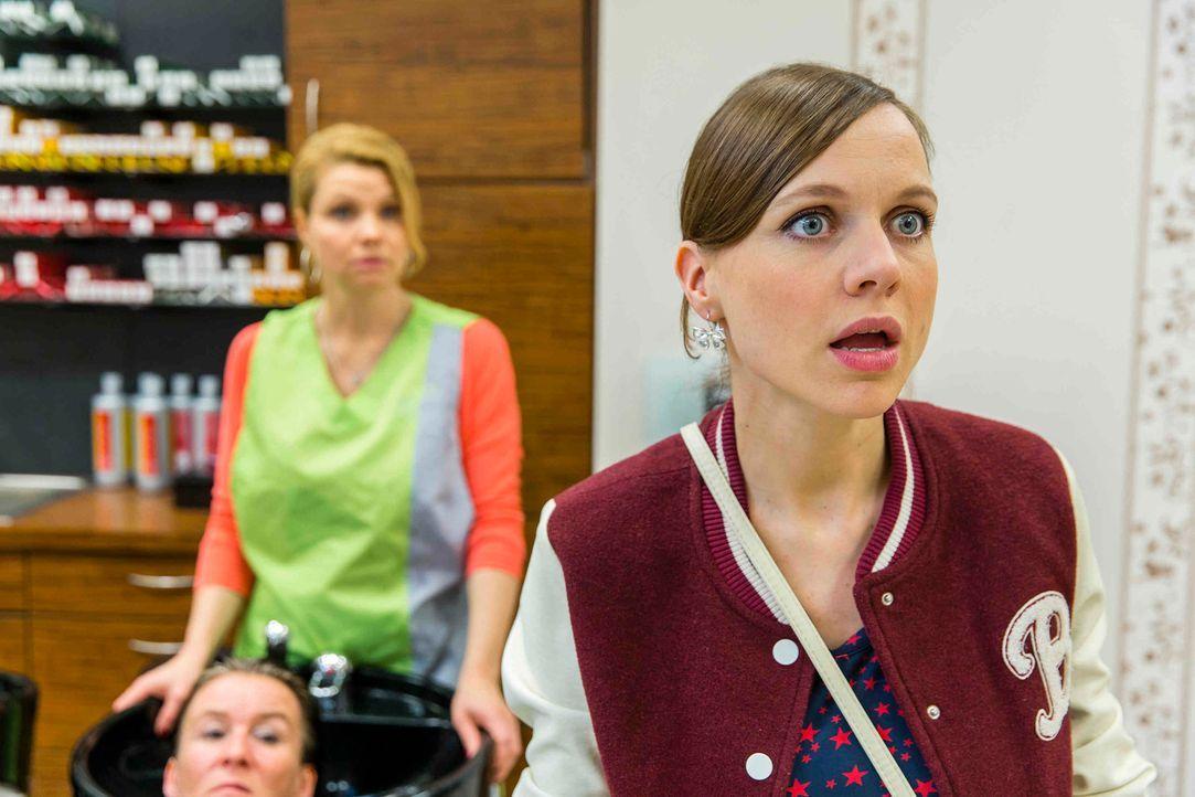 Als Bea (Nadja Becker, r.) erfährt, dass Danni (Annette Frier, l.) in ihrer Verzweiflung einen Job als Friseurin angenommen hat, sagt sie ihr die Me... - Bildquelle: Frank Dicks SAT.1