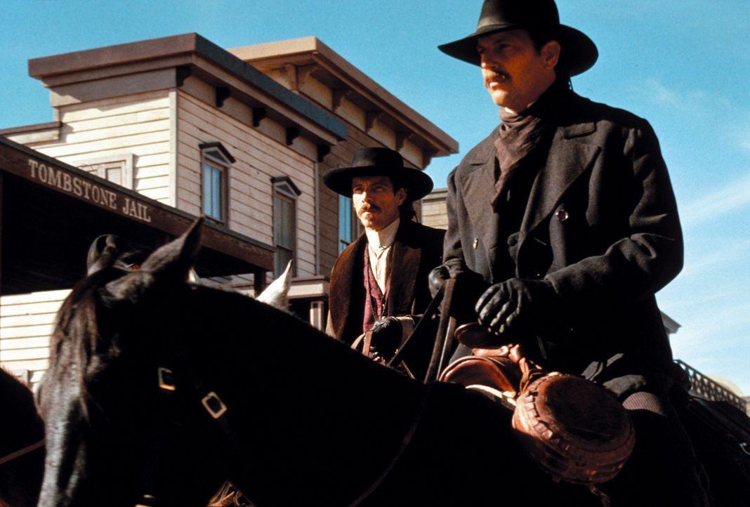 Kommen im Wüstenkaff Tombstone an: Doc Holliday (Dennis Quaid, l.) und Wyatt Earp (Kevin Costner, r.) - Bildquelle: Warner Bros.