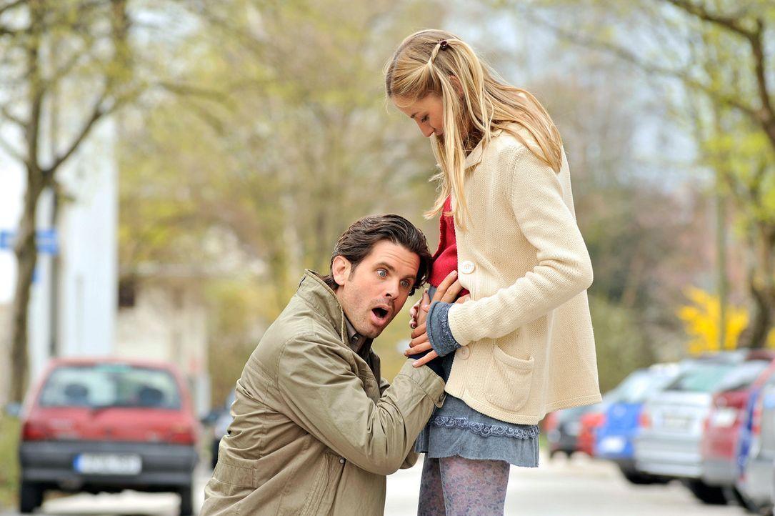 Michael (Steffen Groth, l.) ist überwältigt, als er die Baby-Bewegungen in Marias (Annika Blendl, r.) Bauch spürt ... - Bildquelle: SAT.1