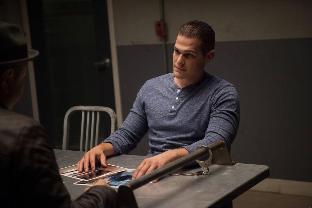 Drake (Greg Finley) wird von der Polizei verhaftet, sind sie seinen Machenschaften auf die Spur gekommen oder gibt es einen anderen Grund für seinen... - Bildquelle: 2014 Warner Brothers