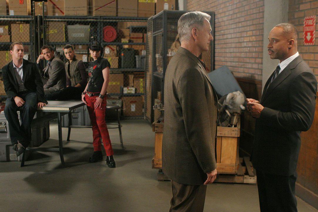 Nach alldem was geschehen ist, nimmt sich Jenny Shepard erst einmal eine Auszeit. Der stellvertretende Direktor des NCIS, Leon Vance, übernimmt sol... - Bildquelle: CBS Television