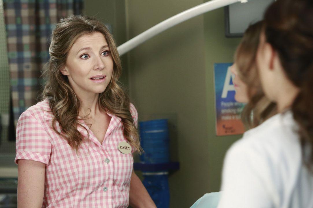 Casey (Sarah Chalke, l.) macht sich große Sorgen um ihren Sohn und bittet die Ärzte um Hilfe ... - Bildquelle: ABC Studios