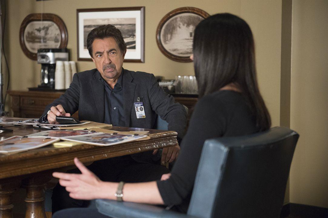 Das Team um Rossi (Joe Mantegna, l.) und Prentiss (Paget Brewster, r.) untersucht einen neuen Fall, bei dem zwei Schüler als einzige einen Angriff a... - Bildquelle: Neil Jacobs ABC Studios