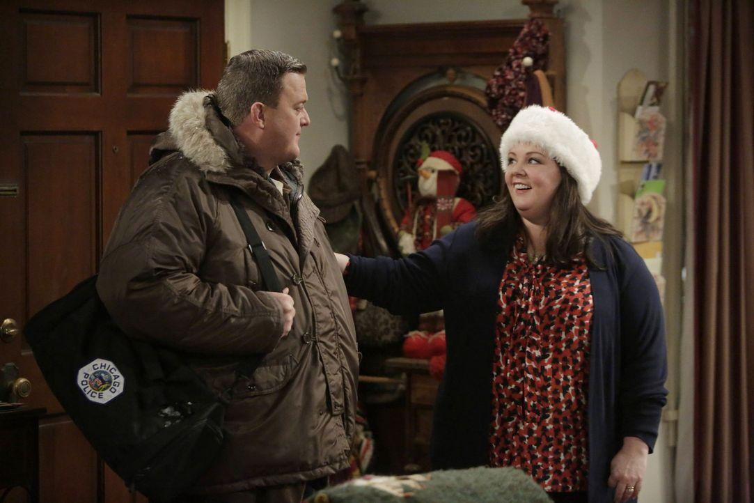 Beim Weihnachtsgeschenke-Shopping stellt Molly (Melissa McCarthy, r.) fest, dass alle ihre Kreditkarten überzogen sind. Mike (Billy Gardell, l.) fi... - Bildquelle: Warner Brothers