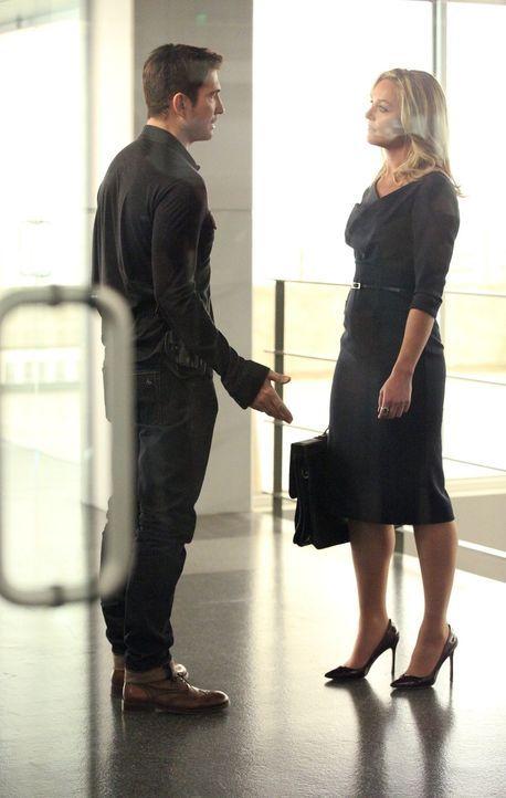 Während Janice versucht Beth zu helfen, haben Amanda (Elizabeth Rohm, r.) und Jack (Dylan McDermott, l.) einiges wegen ihres gemeinsames Sohnes zu b... - Bildquelle: Warner Bros. Entertainment, Inc.