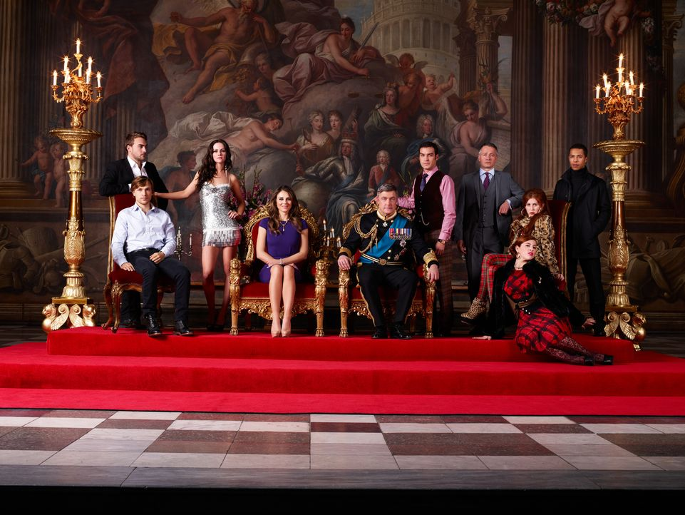 (1. Staffel) - The Royals - die etwas andere Königsfamilie: Jasper (Tom Austen, l.), Prinz Liam (William Moseley, 2.v.l.), Prinzessin Eleanor (Alexa... - Bildquelle: James Dimmock 2014 E! Entertainment Media LLC/Lions Gate Television Inc.