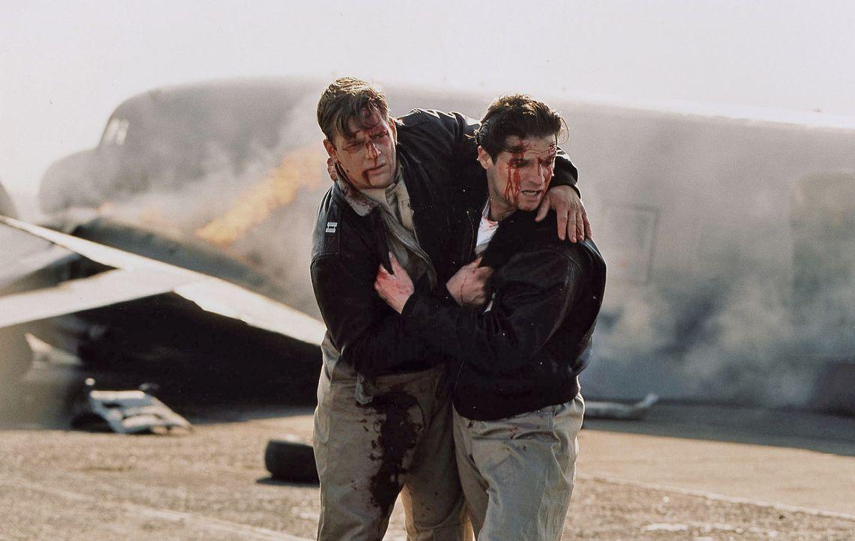 Während des Flugeinsatzes stürzt die Maschine von Jack (Misel Maticevic, r.) und Harry (Henning Baum, l.) ab. Jack versucht seinen schwerverletzte... - Bildquelle: Stephan Rabold Sat.1
