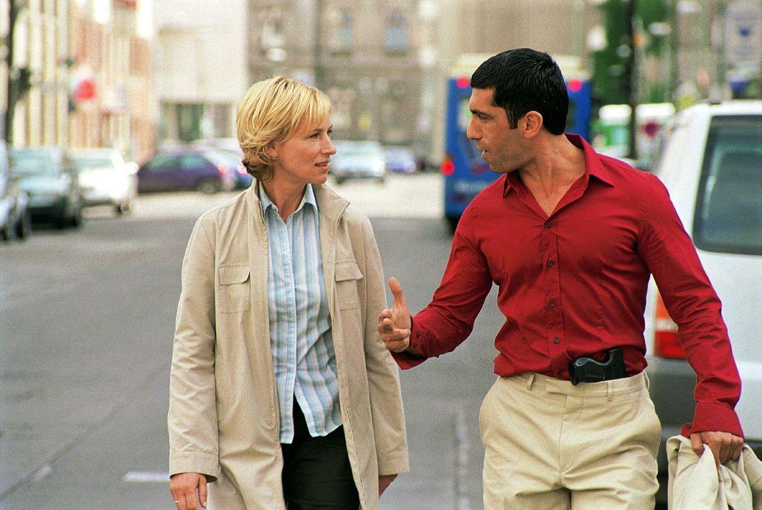 Eva (Corinna Harfouch, l.) soll mit Kollegen Alyans (Erdal Yildiz, r.) den Mordfall an einer exzentrischen Schauspielerin lösen. - Bildquelle: Sat.1
