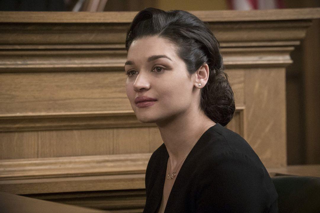 Marlize (Kim Engelbrecht) spielt im Gericht die trauernde Ehefrau, während Cliffort im Körper von Dominic seine nächsten Schritte plant ... - Bildquelle: 2017 Warner Bros.