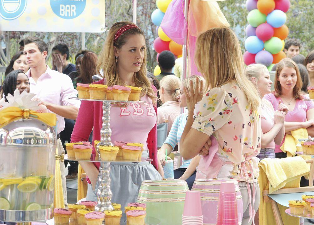 Laura (Aynsley Bubbico, l.) und Casey (Spencer Grammer, r.) überlegen, wie sie Tegan, die sich überall einmischt, ablenken können ... - Bildquelle: 2010 Disney Enterprises, Inc. All rights reserved.