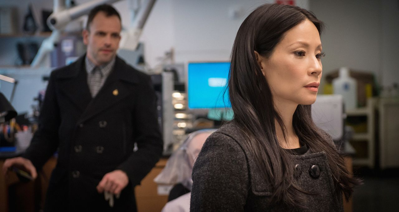 Obwohl die Leiche des Krebsforschers Barry Granger mit einem Abschiedsbrief gefunden wurde, glauben Watson (Lucy Liu, r.) und Holmes (Jonny Lee Mill... - Bildquelle: Jeff Neumann CBS Television