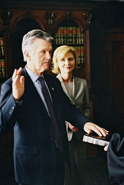 Haben Admiral McKee (Tom Skerritt, l.) und seine Gattin Elise (Beth Broderick, r.) etwas mit den dubiosen Vorfällen zu tun? - Bildquelle: TM &   2006 CBS Studios Inc. All Rights Reserved.