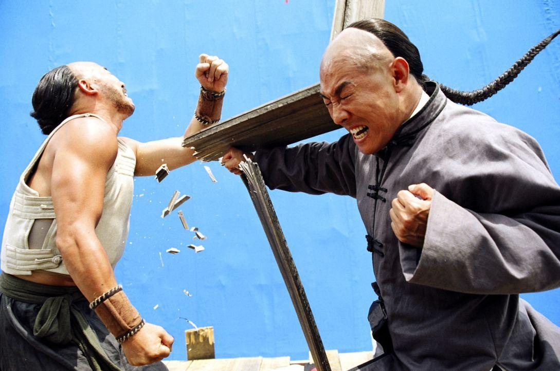 Obwohl ihm sein Vater, ein ehrwürdiger Meister, jegliche Art der Kampfkunst untersagte, wird aus dem kleinen Huo (Jet Li, r.) ein spektakulärer Ku... - Bildquelle: Constantin Film Verleih GmbH