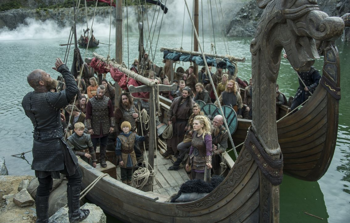 Als die Wikinger weit genug von den Festungen der Franken entfernt sind, überrascht Ragnar (Travis Fimmel, l.) seine Leute mit dem Befehl, in der Nä... - Bildquelle: 2016 TM PRODUCTIONS LIMITED / T5 VIKINGS III PRODUCTIONS INC. ALL RIGHTS RESERVED.
