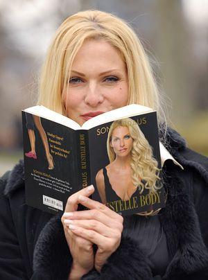 """Nebenbei veröffentlichte die Blondine auch noch zwei Bücher: """"Baustelle Mann – Der ultimative Love-Guide"""" und """"Baustelle Body: Sonya's Secrets"""".  - Bildquelle: dpa"""