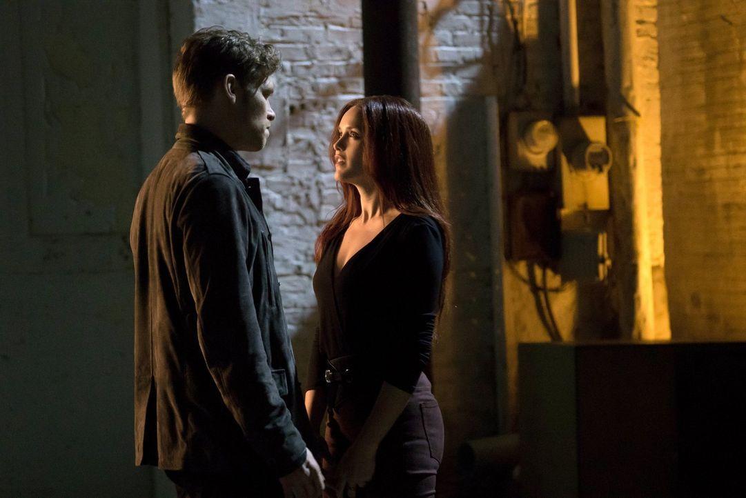 Um Cami aus der Lebensgefahr zu retten, muss Klaus (Joseph Morgan, l.) sich auf das hinterlistige Spiel von Aurora (Rebecca Breeds, r.) einlassen ... - Bildquelle: Warner Bros. Entertainment Inc.