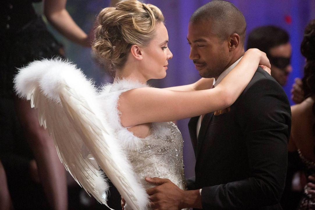 Zum Entsetzen von Marcel (Charles Davis, r.) lädt Rebekah die hübsche Camille (Leah Pipes, l.) zu einer Vampir-Party ein ... - Bildquelle: Warner Bros. Television