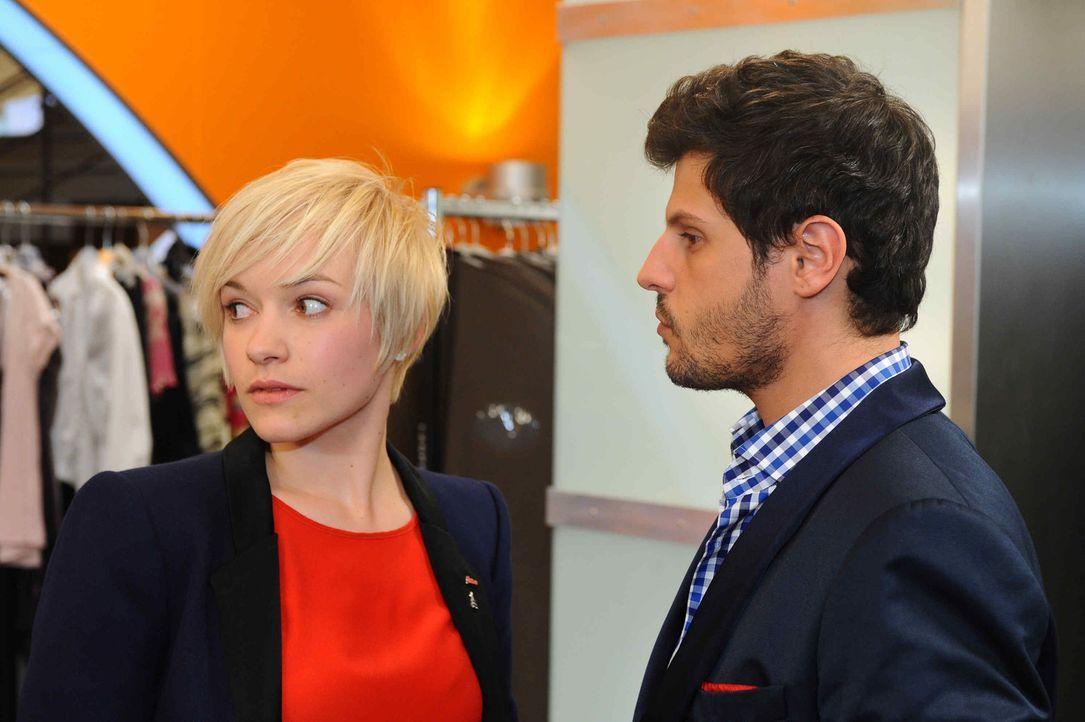 Anna begreift, dass Luca (Manuel Cortez, r.) Nina verschwiegen, dass er bereits mit Olivia Kosmar (Kasia Borek, l.) verlobt ist ... - Bildquelle: SAT.1