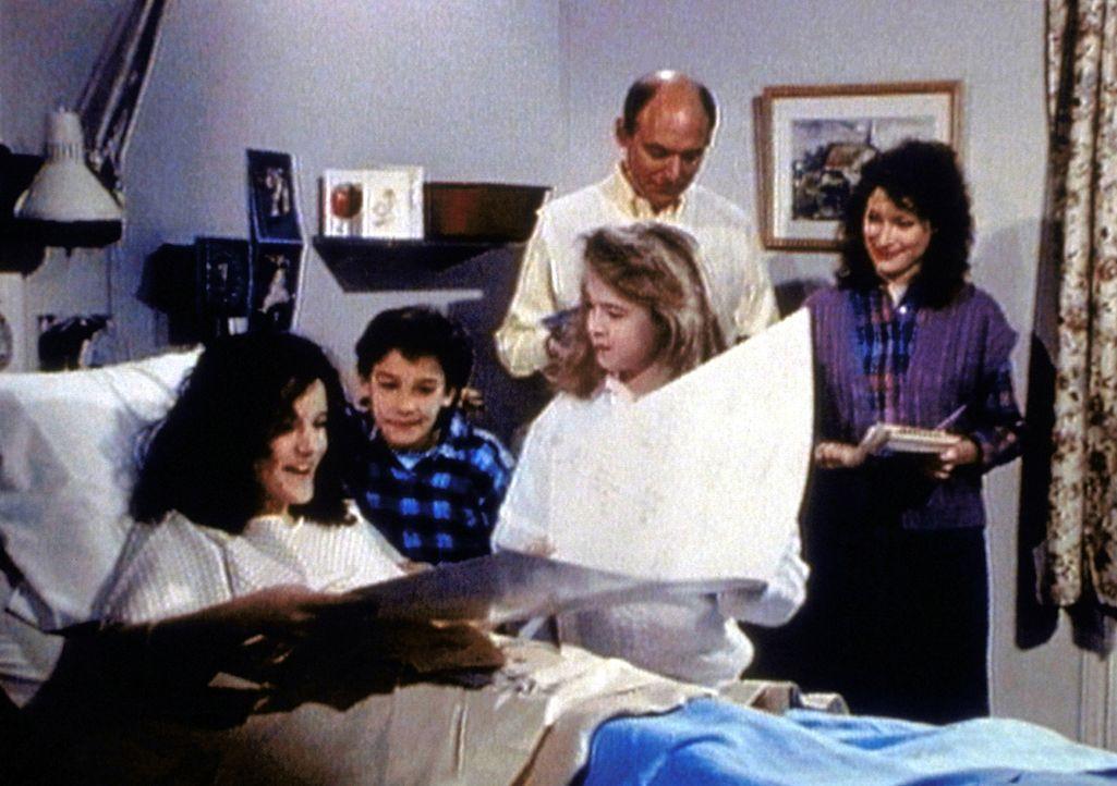 Die todkranke Lee (Bess Meyer, l.) wird von ihrer Familie nach vollen Kräften unterstützt. - Bildquelle: Worldvision Enterprises, Inc.