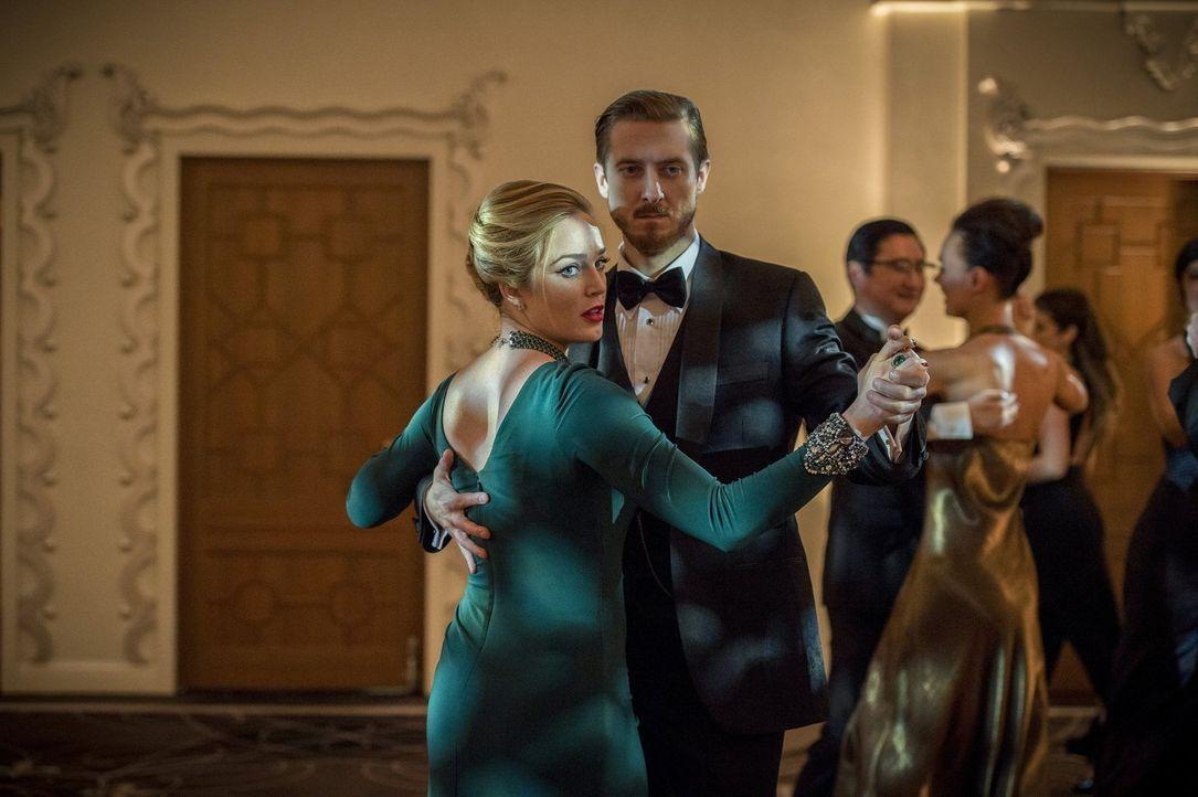 Sara (Caity Lotz, l.) und Rip (Arthur Darvill, r.) versuchen, Vandal auf ungewöhnlichem Wege seiner Macht zu berauben, doch dieser hat überall seine... - Bildquelle: 2015 Warner Bros.