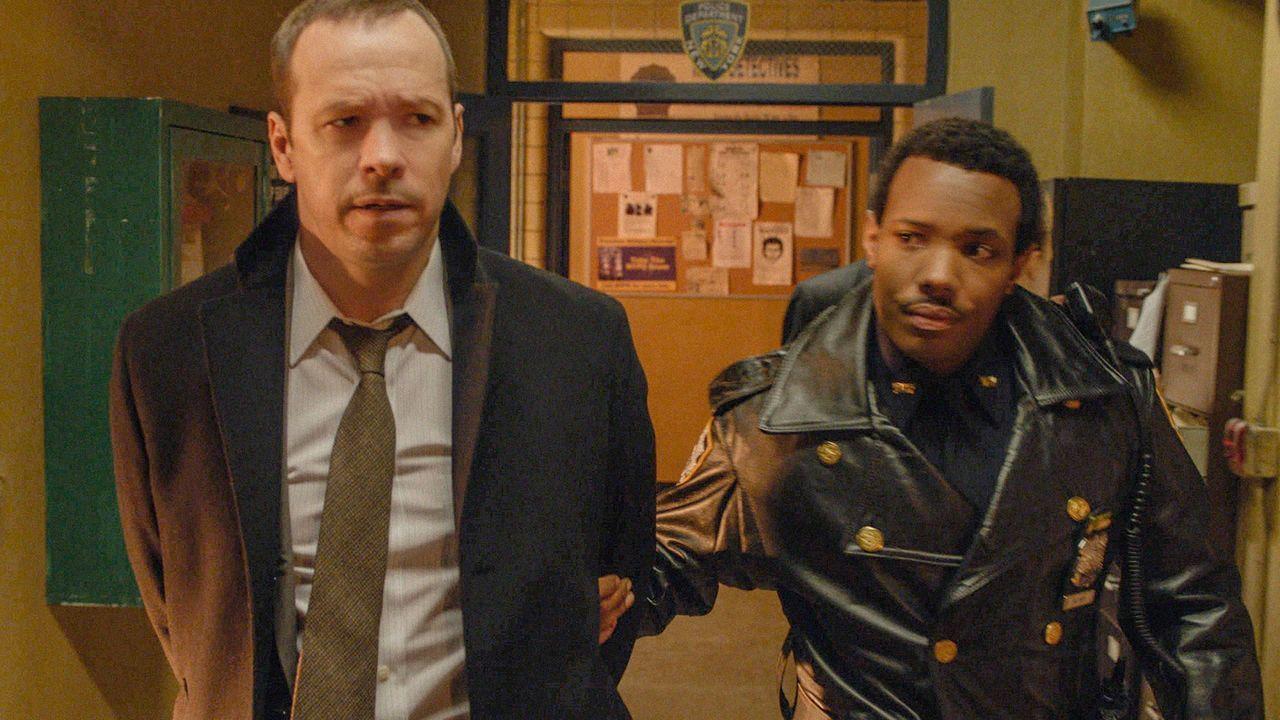 Ausgerechnet Detective Danny Reagan (Donnie Wahlberg, l.) soll Kokain besitzen? Officer Ritter (Smith Wallace, r.) ist davon fest überzeugt und nimm... - Bildquelle: 2012 CBS Broadcasting Inc. All Rights Reserved.