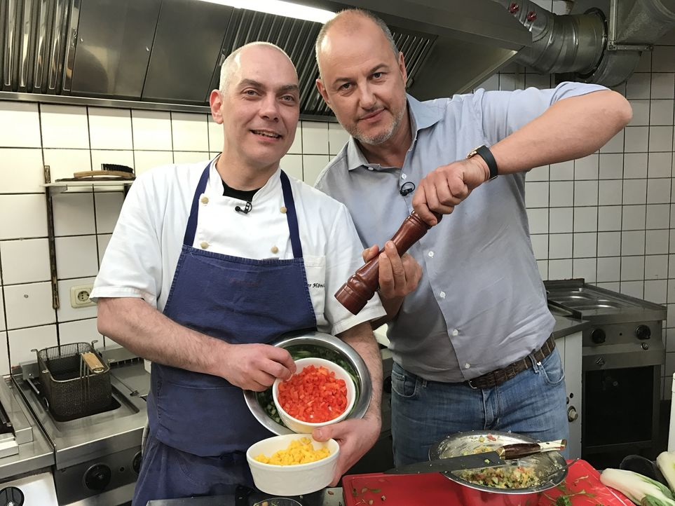 Obwohl Christophers (l.) Tex-Mex-Küche in Osnabrück nahezu konkurrenzlos ist, bleiben die Gäste aus. Kann Sternekoch Frank Rosin (r.) helfen? - Bildquelle: kabel eins