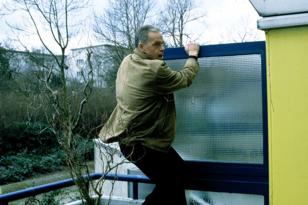 Kommissar Wolff (Jürgen Heinrich) versucht den fliehenden Maik aufzuhalten ... - Bildquelle: Leslie Haslam Sat.1