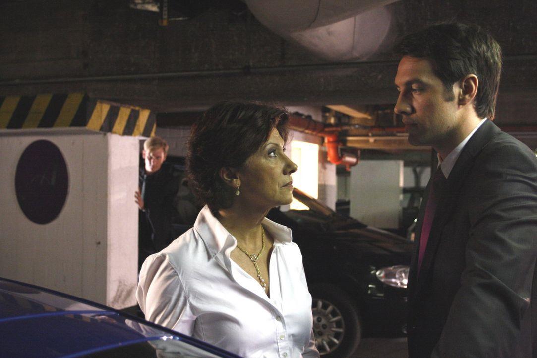Als Philip (Philipp Romann, l.) feststellt, dass ihn weder Ingrid (Olivia Silhavy, M.), Mark (Arne Stephan, r.) noch sonst jemand vermisst, steigert... - Bildquelle: SAT.1