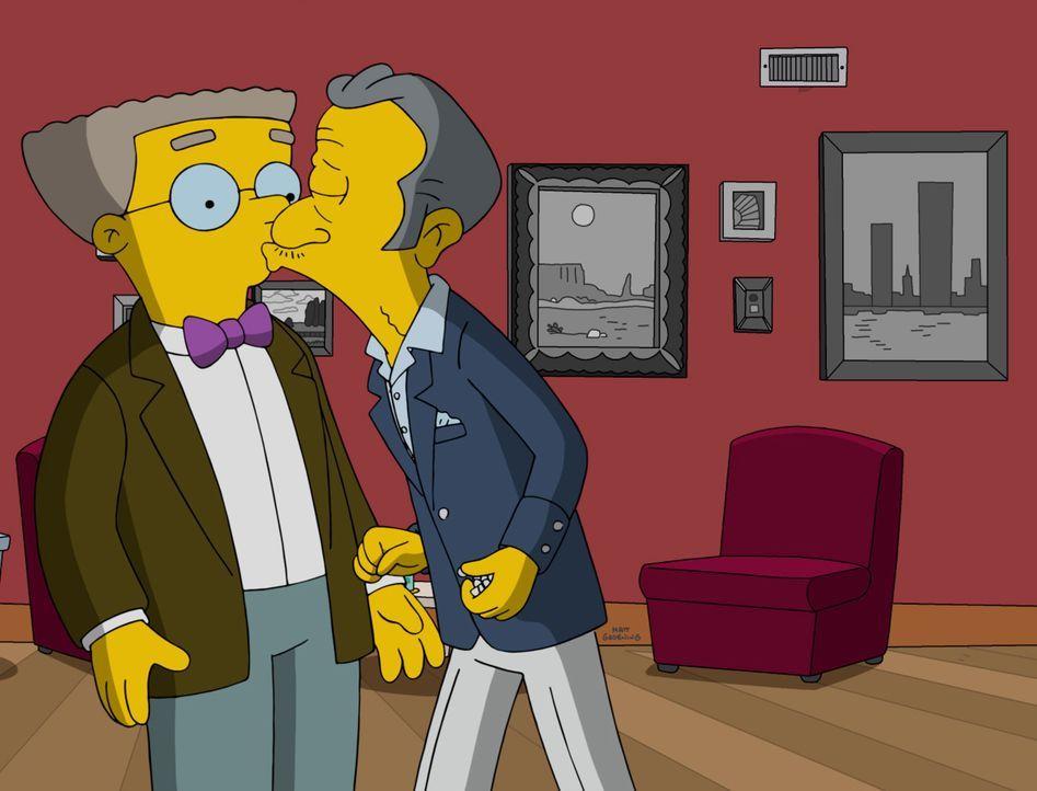 Während es scheint, als würde zwischen Smithers (l.) und Nigel (r.) die große Leidenschaft entflammen, schweben Marge und Homer schon lange nicht me... - Bildquelle: 2016-2017 Fox and its related entities. All rights reserved.