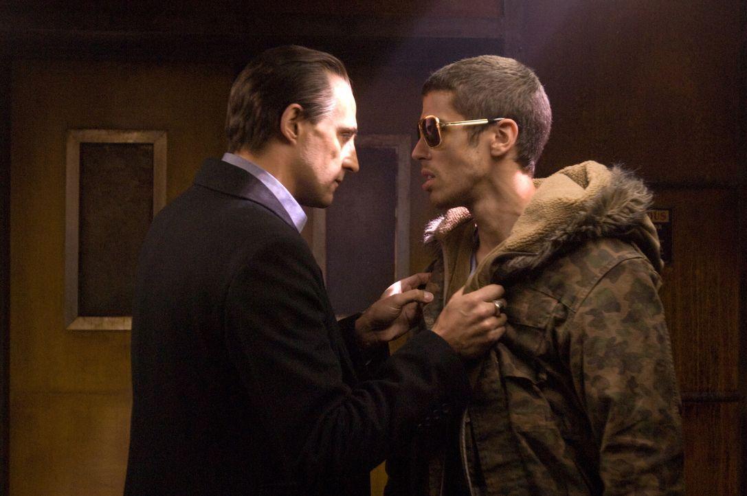 Archy (Mark Strong, l.) ist fest davon überzeugt, dass Lennys Stiefsohn Johnny (Toby Kebbell, r.) das Glücksbringer-Bild geklaut hat, ohne dass Lenn... - Bildquelle: Warner Bros.