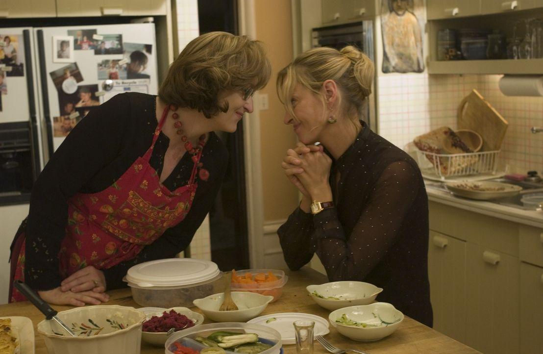 Die New Yorker Karrierefrau Rafi Gardet (Uma Thurman, r.) sucht nach ihrer Scheidung Hilfe bei der Psychotherapeutin Lisa Metzger (Meryl Streep, l.)... - Bildquelle: TOBIS FILM