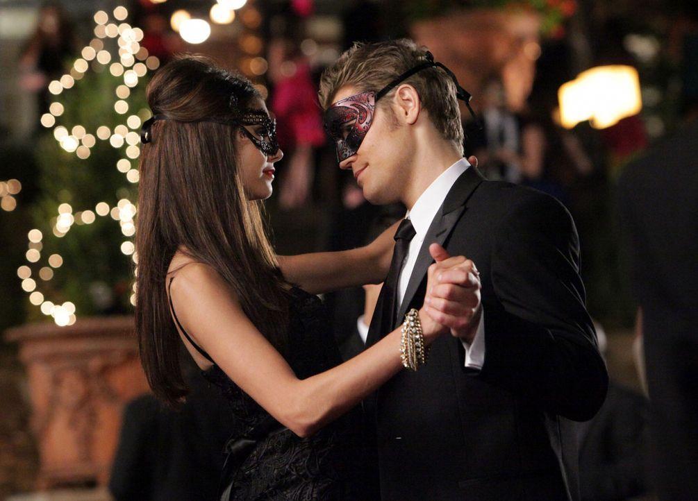Gute Miene zum bösen Spiel: Während Stefan (Paul Wesley, r.) und Katherine (Nina Dobrev, l.) scheinbar vertraut tanzen, um niemanden auf sich aufmer... - Bildquelle: Warner Brothers