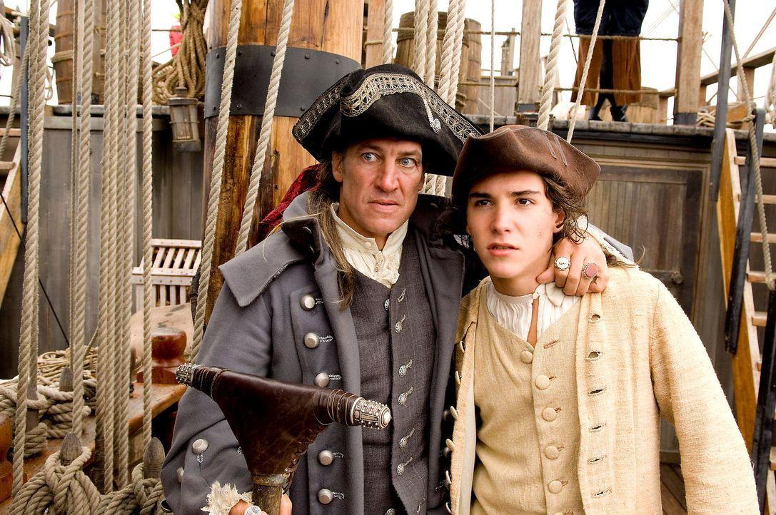 """Auf hoher See zeigt der angebliche Schiffskoch der """"Hispaniola"""", Long John Silver (Tobias Moretti, l.), sein wahres Gesicht: Er nimmt mit Hilfe sein... - Bildquelle: Gordon Mühle ProSieben"""