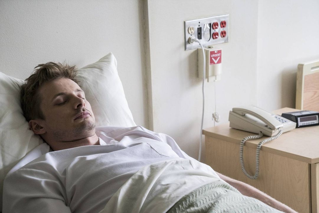 Nach seinem Selbstmordversuch findet sich Damien (Bradley James) in der psychiatrischen Abteilung eines Krankenhauses wieder, doch nach seiner Entla... - Bildquelle: 2016 A&E Television Network, LLC. All rights reserved.