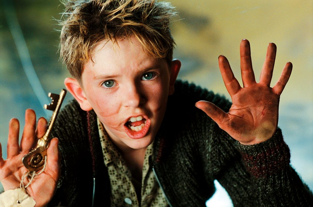 Arthur (Freddie Highmore) hat richtig große Sorgen: Ein fieser Grundstücksmakler träumt davon, sich das schöne Haus seiner Großmutter unter den Nage... - Bildquelle: TOBIS Film