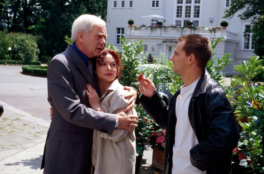 Tom (Steven Merting, r.) stattet Dr. Hans Grundhöfer (Klaus Barner, l.) und seiner Frau Gabriele (Angelika Perdelwitz, M.) einen Besuch ab. - Bildquelle: Alfred Raschke Sat.1