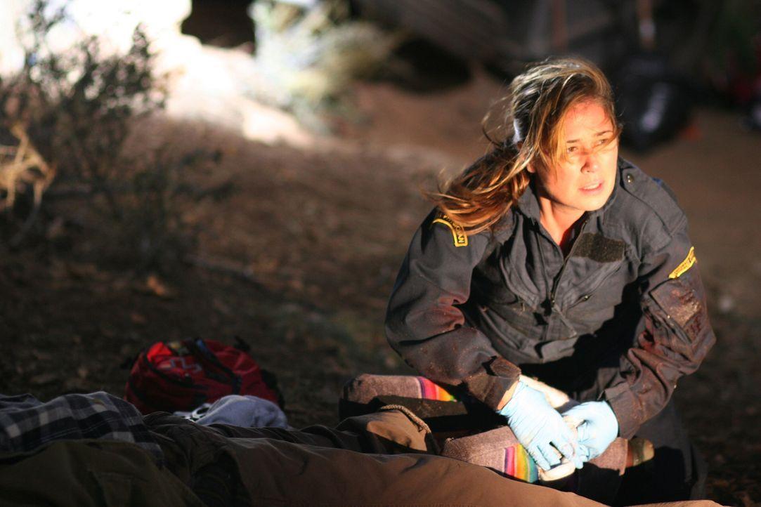 Mit vollem Einsatz versucht Abby (Maura Tierney) die Verletzten zu retten ... - Bildquelle: Warner Bros. Television