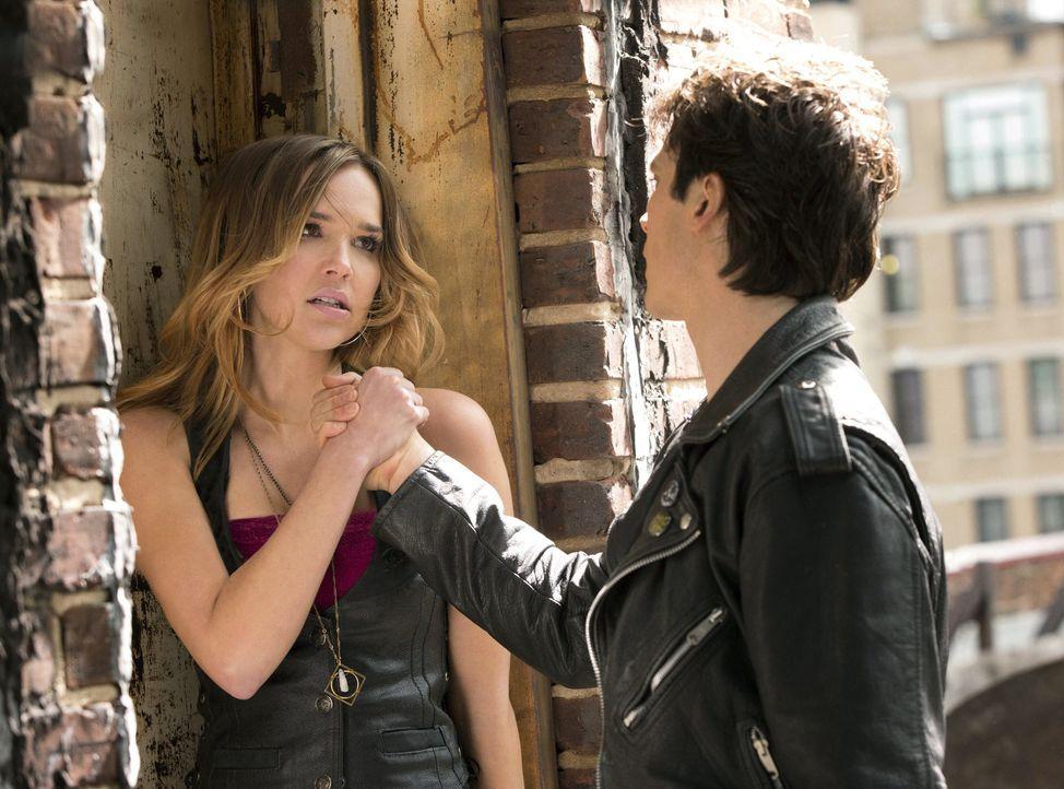 Zwischen Damon (Ian Somerhalder, r.) und Lexi (Arielle Kebbel, l.) scheint schon immer ein recht angespanntes Verhältnis geherrscht zu haben ... - Bildquelle: Warner Brothers