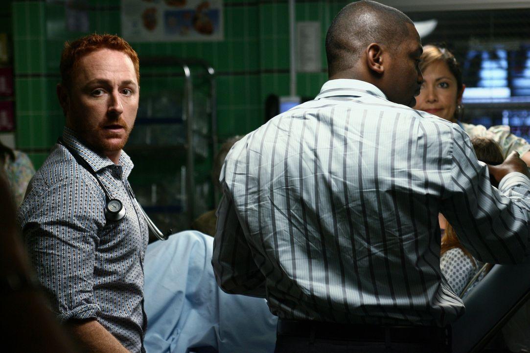 Versuchen die Verletzten zu retten: Morris (Scott Grimes, l.) und Pratt (Mekhi Phifer, r.) ... - Bildquelle: Warner Bros. Television