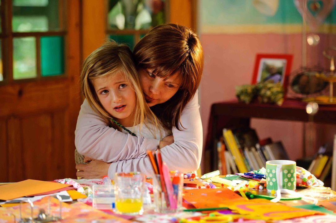 Jela (Annette Frier, r.) hat nur noch einen Wunsch: Sie will den 10. Geburtstag ihrer Tochter Lucy (Emma Schweiger, l.) in sechs Wochen mitfeiern. S... - Bildquelle: Willi Weber SAT.1