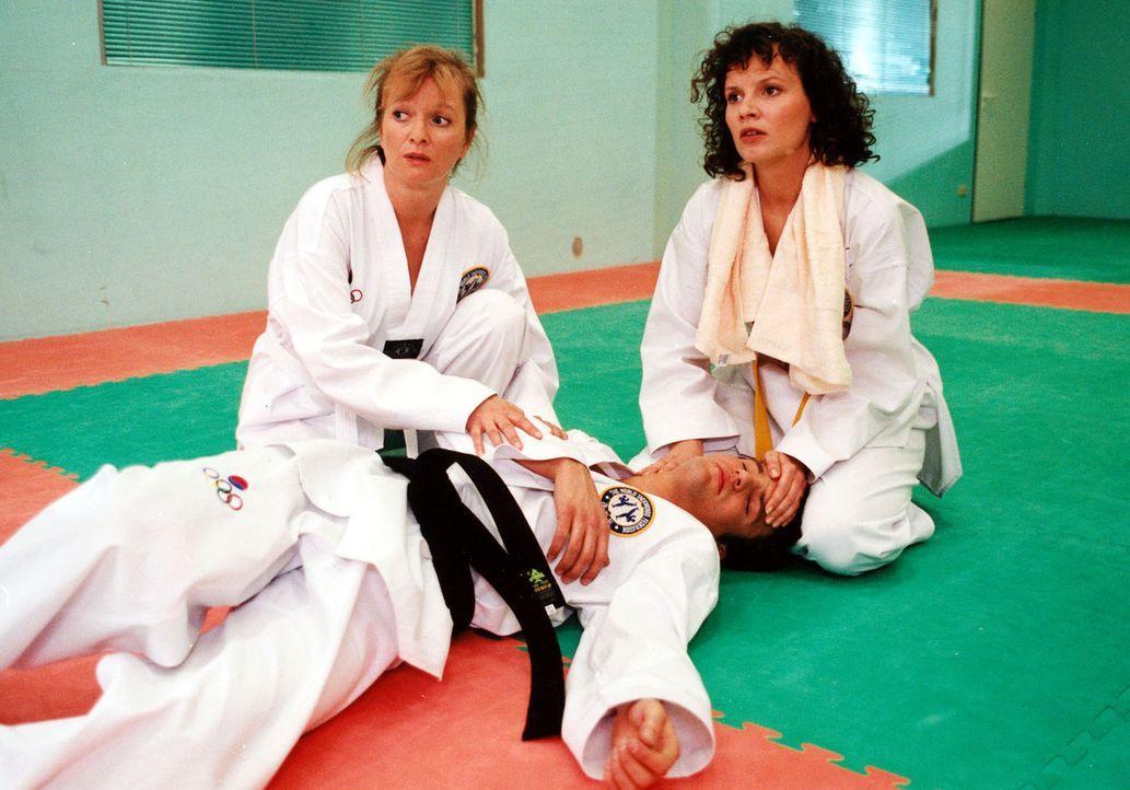 Stefanny (Julia Hentschel, r.) und Elke (Ulrike Mai, l.) sind beim Taekwondo-Training, als der 18-jährige Niko (Felix Daub, vorne) plötzlich ohne er... - Bildquelle: Noreen Flynn Sat.1