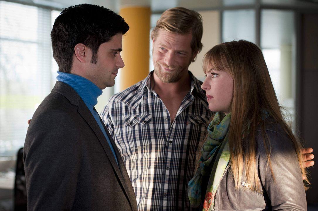Mick (Henning Baum, M.) unternimmt alles, um Isabelle (Luise Risch, r.) und Andreas (Maximilian Grill, l.) wieder zusammenzubringen ... - Bildquelle: SAT.1